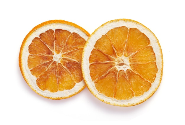 Gedroogd oranje fruit dat op witte achtergrond wordt geïsoleerd