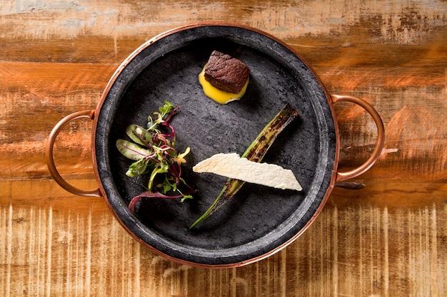 Gedroogd rundvlees met korianderbernaise, gegrilde okra en huisgemaakte frites