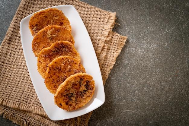 Gedroogd versnipperd varkensvlees rijstcracker - thaise voedselstijl