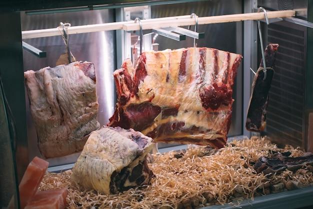 Gedroogd vlees in het restaurant, biefstuk.