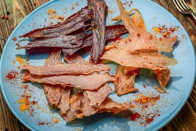 Gedroogd vlees op een plaat gezond en smakelijk voedsel.