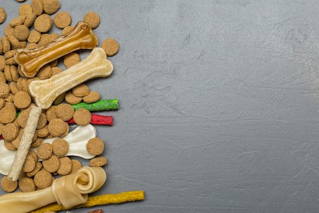 Gedroogd voedsel voor honden of katten. bovenaanzicht