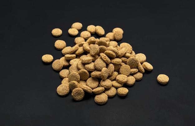 Gedroogd voer voor honden of katten. bovenaanzicht