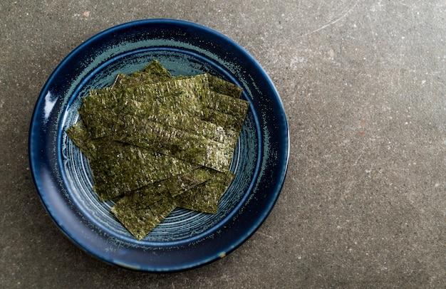 Gedroogd zeewier op plaat