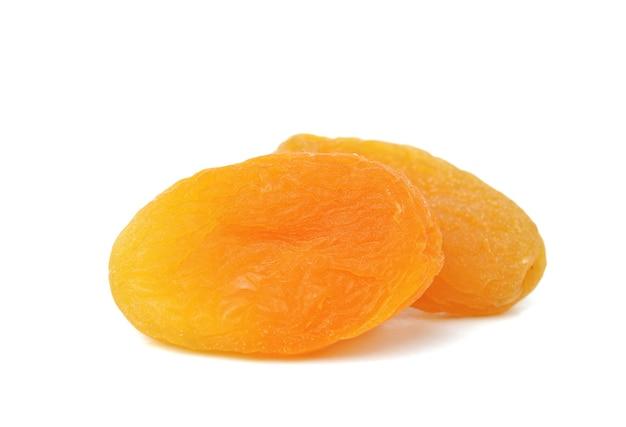 Gedroogde abrikozen geïsoleerd op wit, selectieve aandacht
