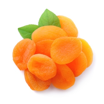 Gedroogde abrikozen geïsoleerd op wit
