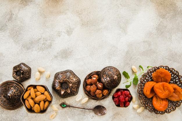 Gedroogde abrikozen met noten op tafel