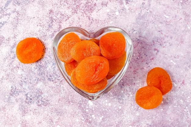Gedroogde abrikozen met vers, sappig abrikozenfruit