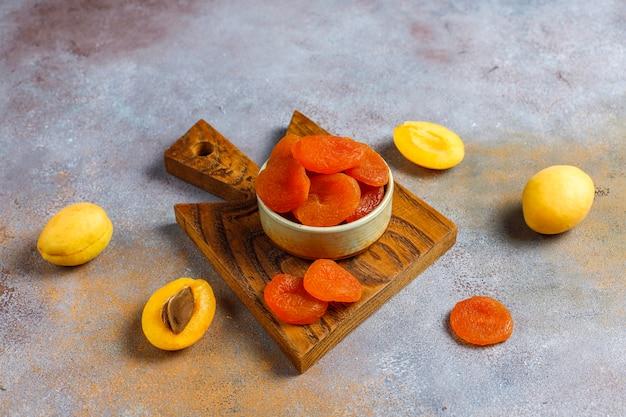 Gedroogde abrikozen met verse, sappige abrikozenvruchten, bovenaanzicht