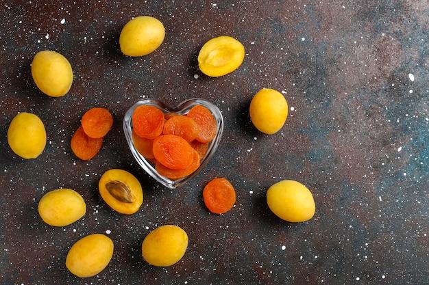 Gedroogde abrikozen met verse, sappige abrikozenvruchten