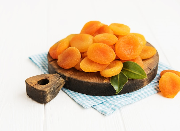 Gedroogde abrikozen op een tafel