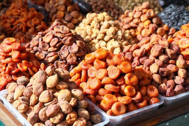 Gedroogde abrikozen van verschillende kleuren.
