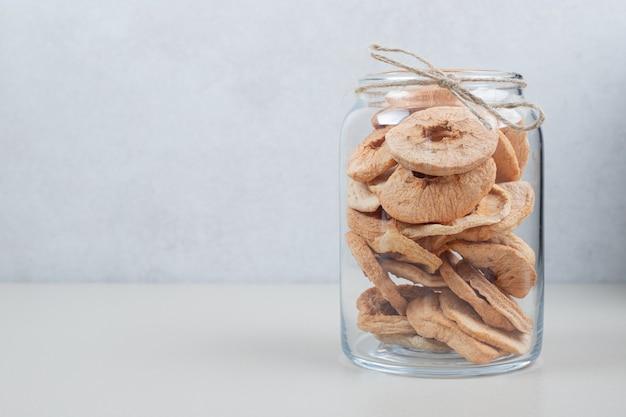 Gedroogde appelringen in glazen pot