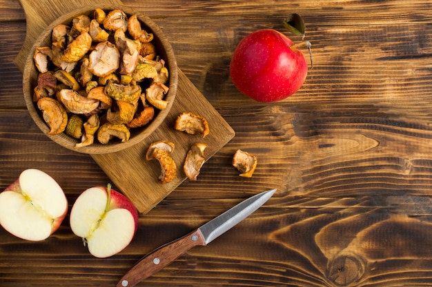 Gedroogde appels in de kom op de houten tafel