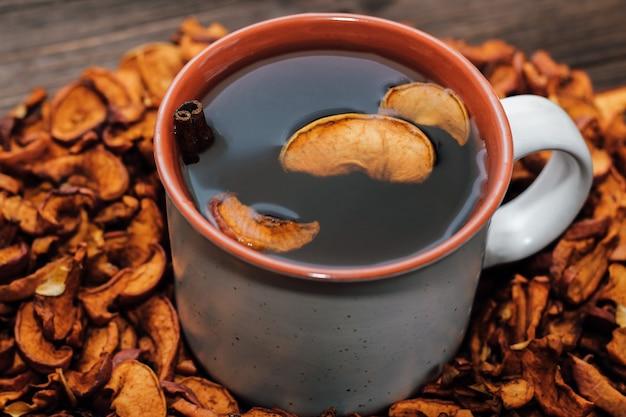Gedroogde appelschijfjes close-up, nuttige vitamines voor drankjes in een gezond dieet. beker met uzvar.