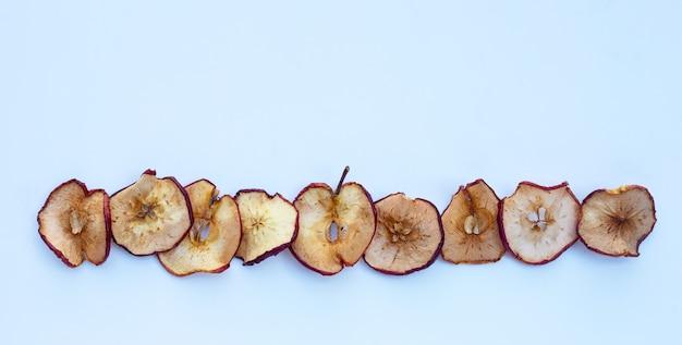 Gedroogde appelschijfjes op wit