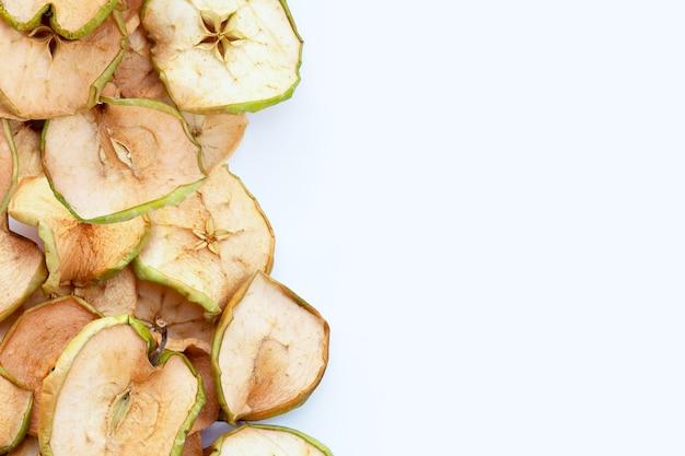 Gedroogde appelschijfjes op witte achtergrond