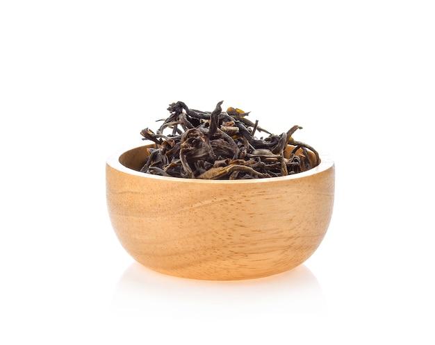 Gedroogde assam thee geïsoleerd op witte ruimte