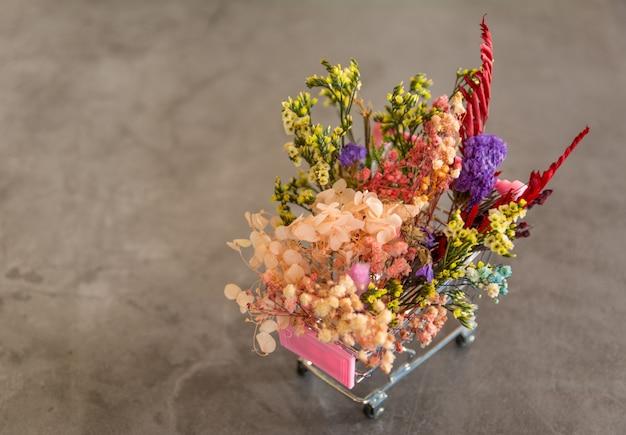 Gedroogde bloem in winkelwagen