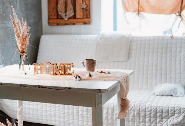 Gedroogde bloemen aartjes pampas vaas-stand mok lamp wit vintage tafel tafelkleed geknoopt, interieur minimalistische esthetiek.