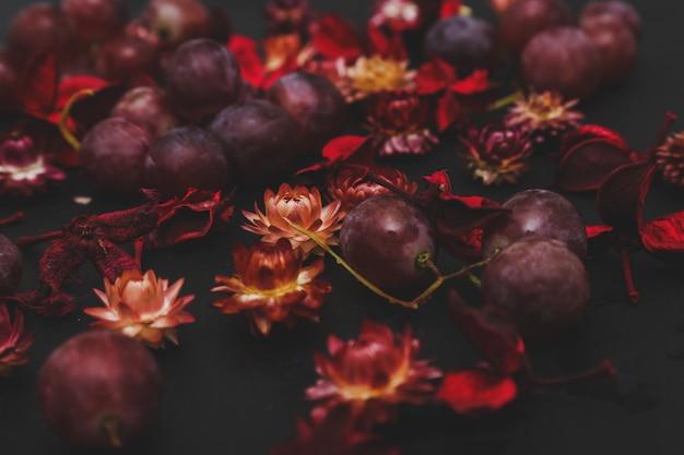 Gedroogde bloemen en druiven