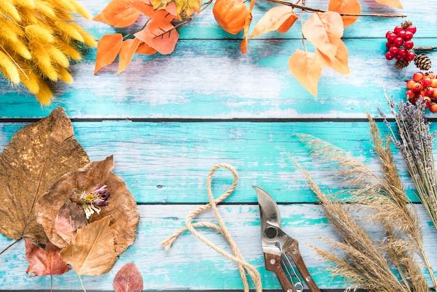 Gedroogde bloemen en herfstbladeren op tafel