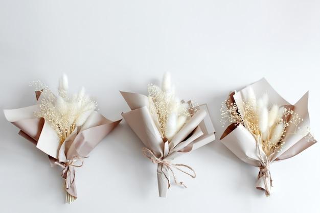 Gedroogde bloemen in minimalistische boeketten