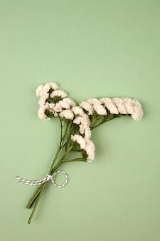 Gedroogde bloemen op groen oppervlak