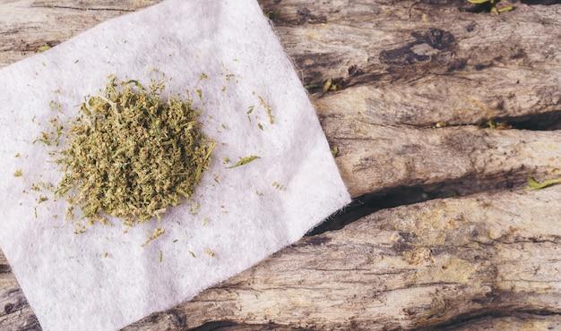 Gedroogde cannabis op een houten tafel