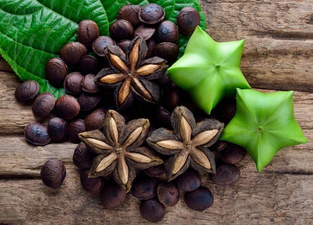 Gedroogde capsule zaden fruit van sacha-inchi pinda op houten tafel