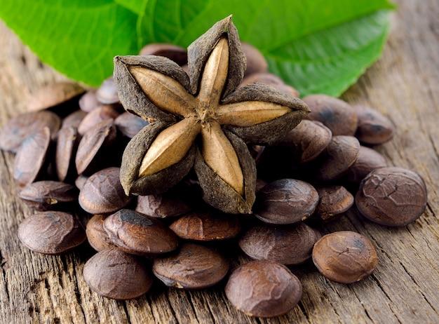 Gedroogde capsule zaden fruit van sacha-inchi pinda op houten