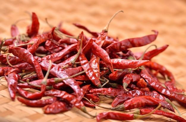 Gedroogde chili op tafel