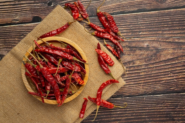 Gedroogde chili peper in kleine houten plaat