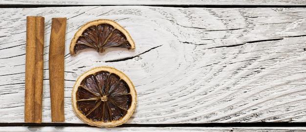 Gedroogde citroen en kaneel