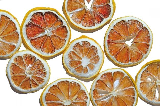Gedroogde citroenen. bovenaanzicht. geïsoleerd.
