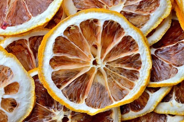 Gedroogde citroenen gesneden in ringen. detailopname. bovenaanzicht.