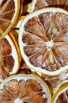 Gedroogde citroenen in ringen gesneden. detailopname. bovenaanzicht. Premium Foto