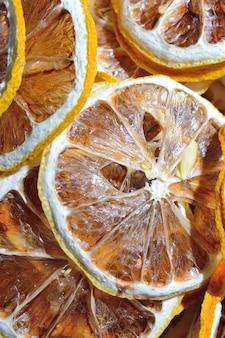 Gedroogde citroenen in ringen gesneden. detailopname. bovenaanzicht.