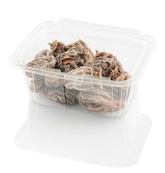 Gedroogde dadelpruim in een plastic voedselcontainer die met het knippen van weg wordt geïsoleerd
