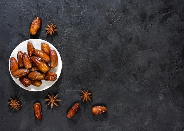 Gedroogde dadels fruit met anijs op tafel