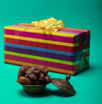 Gedroogde dadels met geschenkdoos