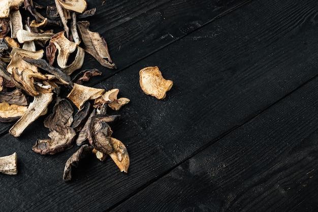 Gedroogde eekhoorntjesbrood set, op zwarte houten tafel