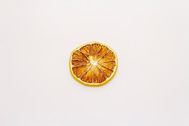 Gedroogde enkele schijfje citroen geïsoleerd op een witte achtergrond