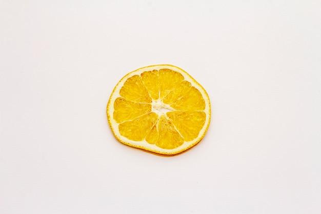 Gedroogde enkele schijfje sinaasappel geïsoleerd op een witte achtergrond