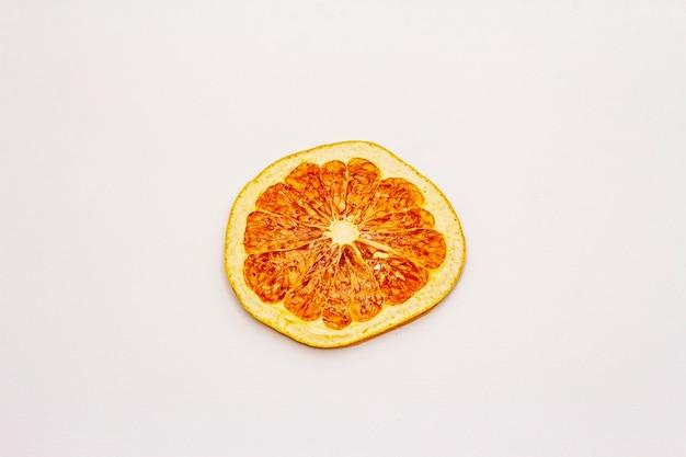 Gedroogde enkele segment van grapefruit geïsoleerd op een witte achtergrond