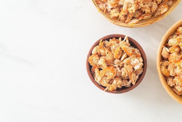 Gedroogde garnalen of gedroogde gezouten garnaal in kom