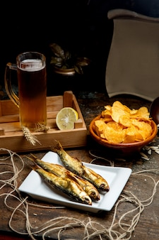Gedroogde gerookte fish and chips als snack voor bieravond
