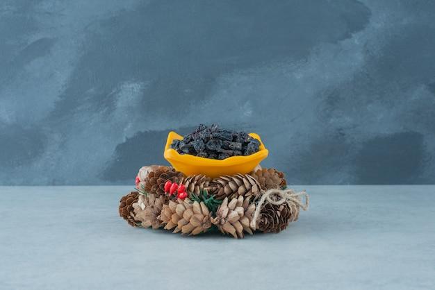 Gedroogde gezonde rozijn met kerstkrans van dennenappels. hoge kwaliteit foto