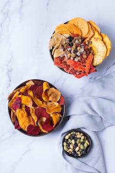 Gedroogde groenten en fruit gedehydrateerde persimmon watermeloen ananas rode biet chips Premium Foto