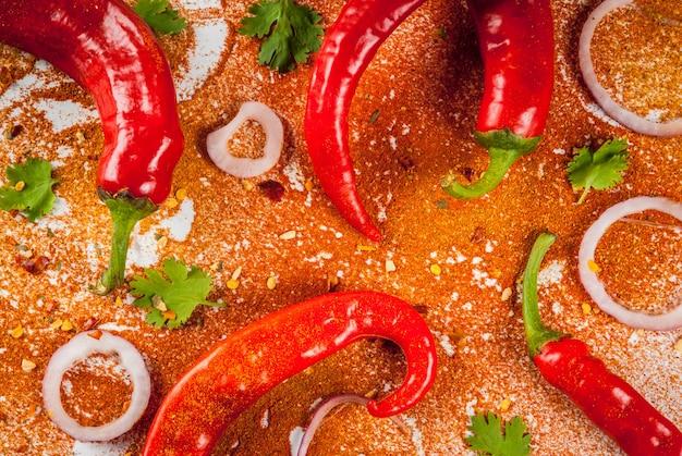 Gedroogde grond en verse rauwe rode chili peper, ui en peterselie
